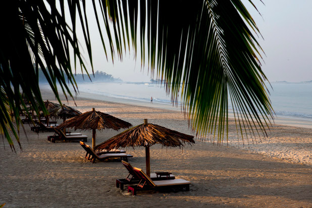 """Плажът получава името си от живял на него болен италианец, който заявил, че мястото му напомня за неаполски плаж. Предполага се, че """"Ngapali"""" произлиза от """"Naple"""""""